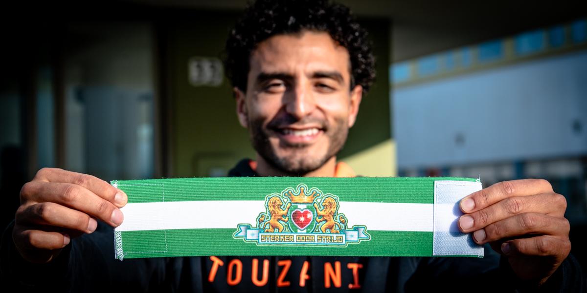 Freestylevoetballer Soufiane Touzani toont de aanvoerdersband.
