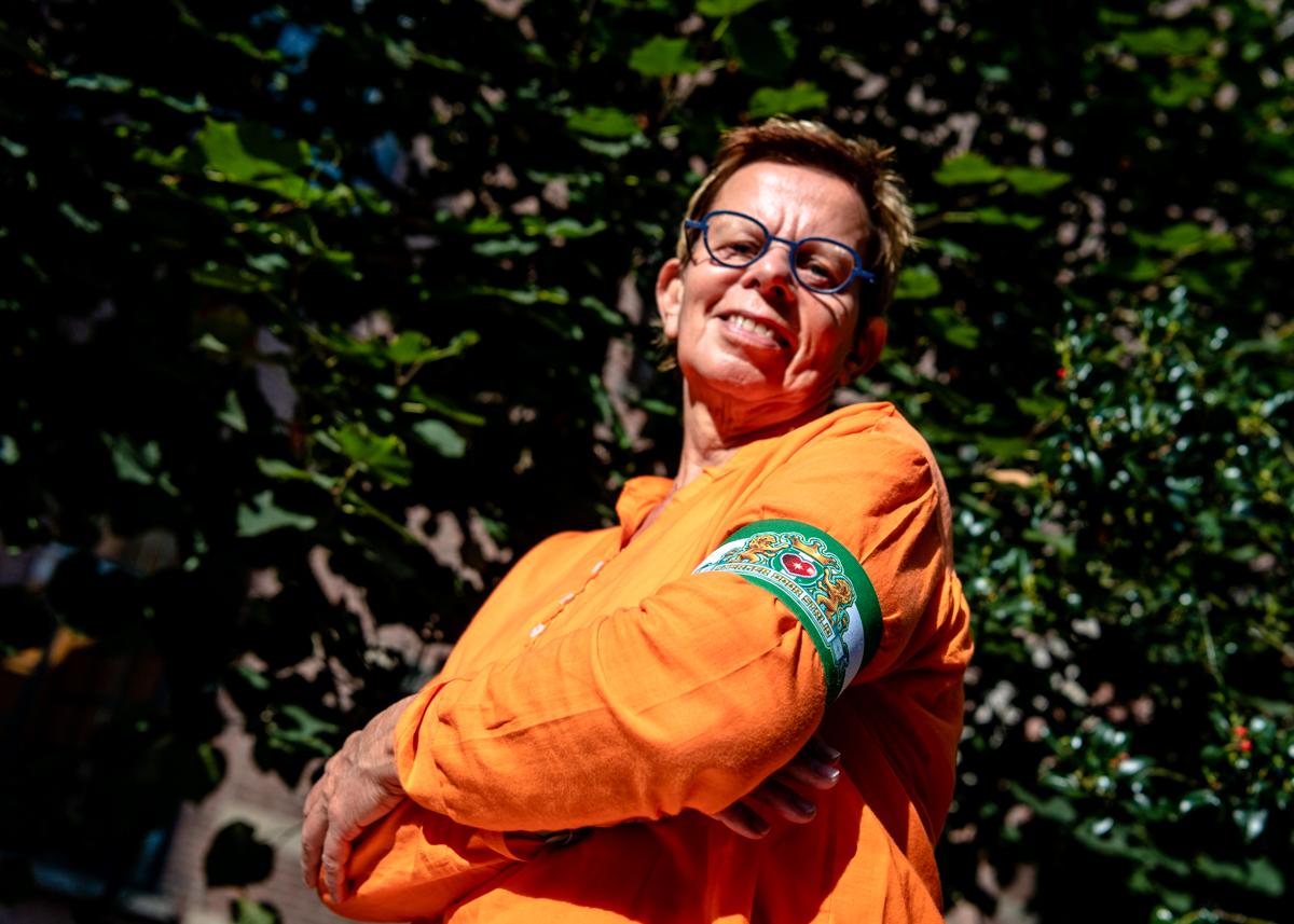 Rita van Driel draagt met trots de door Arno Coenen ontworpen aanvoerdersband.